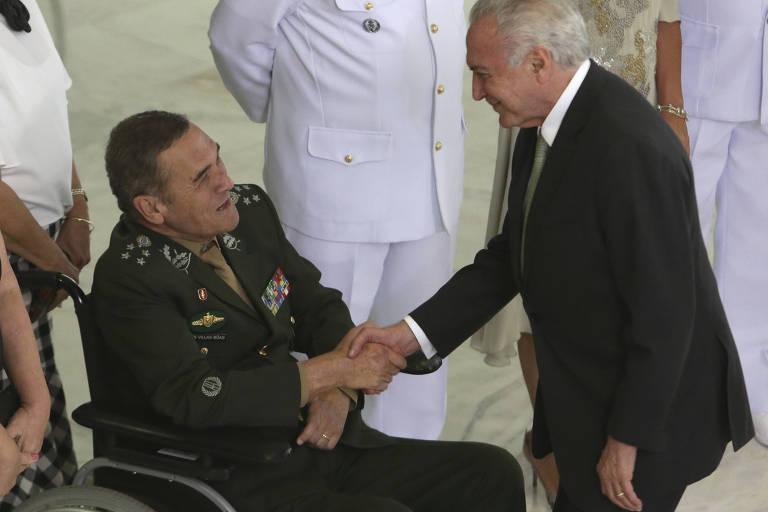 Presidente Michel Temer cumprimenta general Eduardo Villas Bôas em cerimônia no Planalto nesta quarta (11)