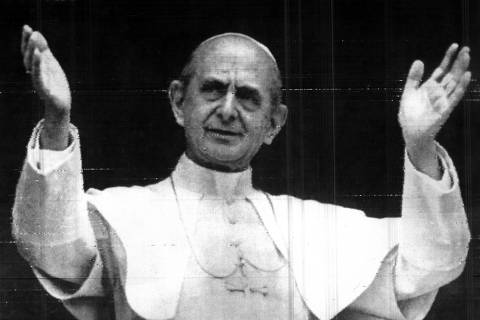 CIDADE DO VATICANO, ITÁLIA, 11.05.1972 - Pope Paul VI raises both arms to acknowledge cheers from crowd after speech from his studio window at Vatican City Thursday. In a dramatic appeal, the Pontiff pleaded to the world's leaders to avoid