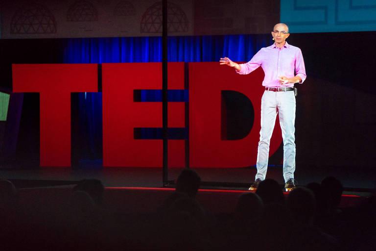 Yuval Noah Harari se apresenta por videoconferência no TED, que acontece em Vancouver, no Canadá