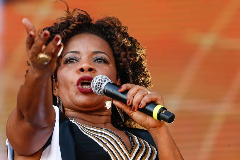 Margareth Menezes segura um microfone durante show