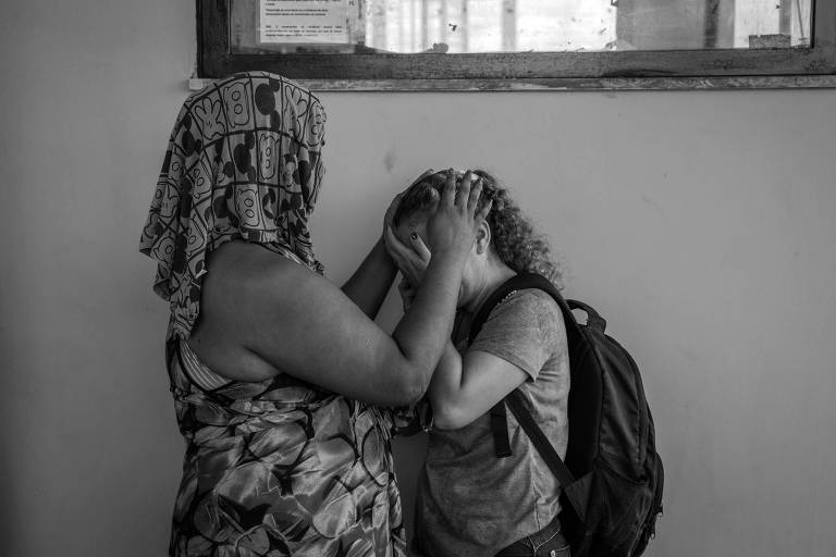 Parentes de presos do Centro de Recuperação Penitenciário do Pará III, no Complexo Prisional de Santa Izabel, na região metropolitana de Belém