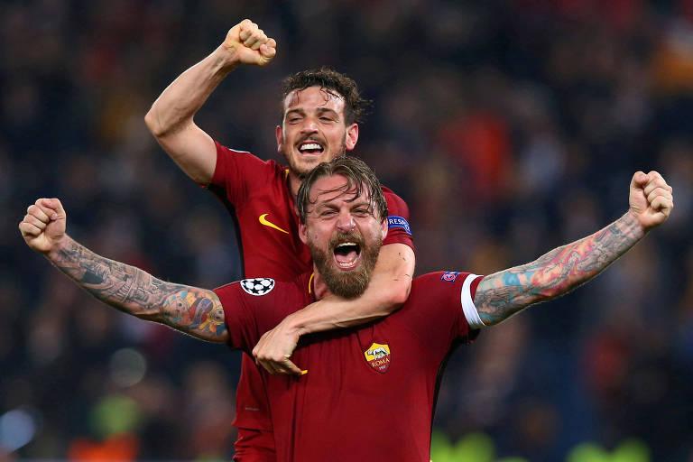 De Rossi e Alessandro Florenzi, da Roma, comemoram vitória sobre o Barcelona na Champions