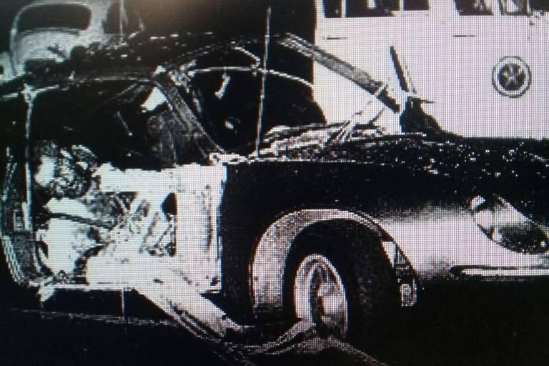Corpo do sargento Guilherme do Rosário no estacionamento do Riocentro, em abril de 1981; objetivo era detonar bombas no pavilhão, onde acontecia show