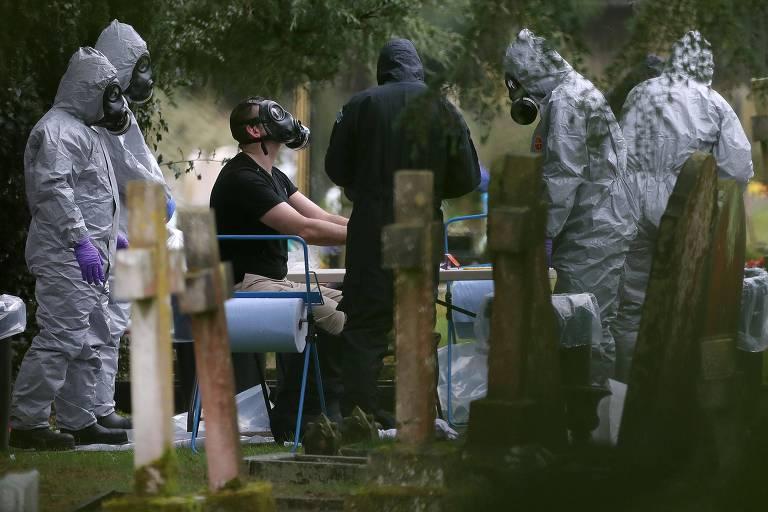 Agentes britânicos com roupas especiais durante a investigação em Salisbury logo após o ataque