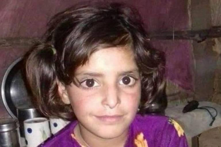Criança indiana com roupa roxa