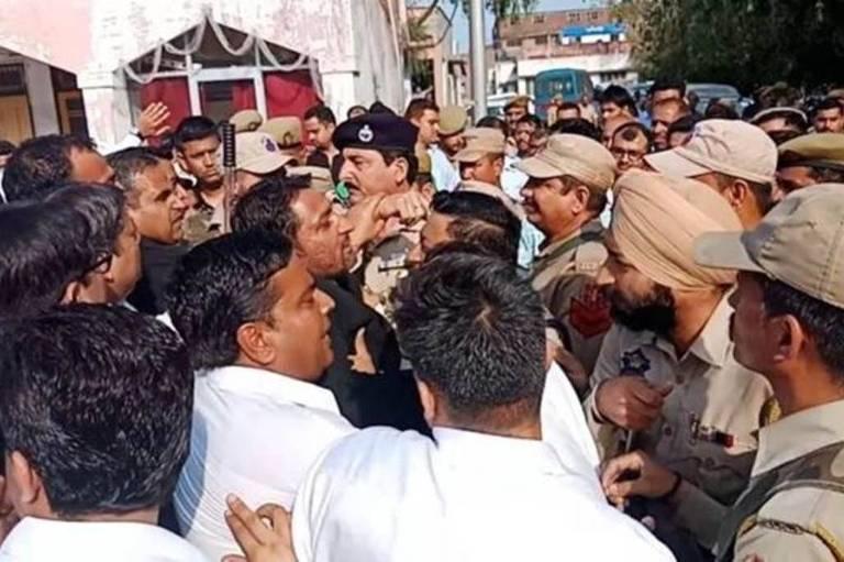 confronto entre civis e policiais na índia