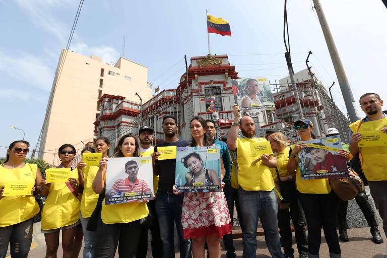Manifestação diante da Embaixada da Venezuela em Lima pede respeito aos direitos humanos no país caribenho, na véspera da abertura da Cúpula das Américas