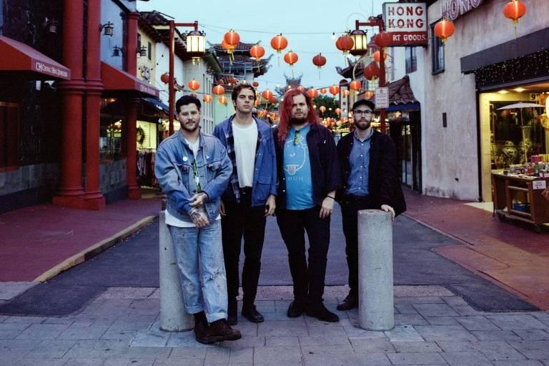 Quatro integrantes da banda Wavves estão de pé em uma rua