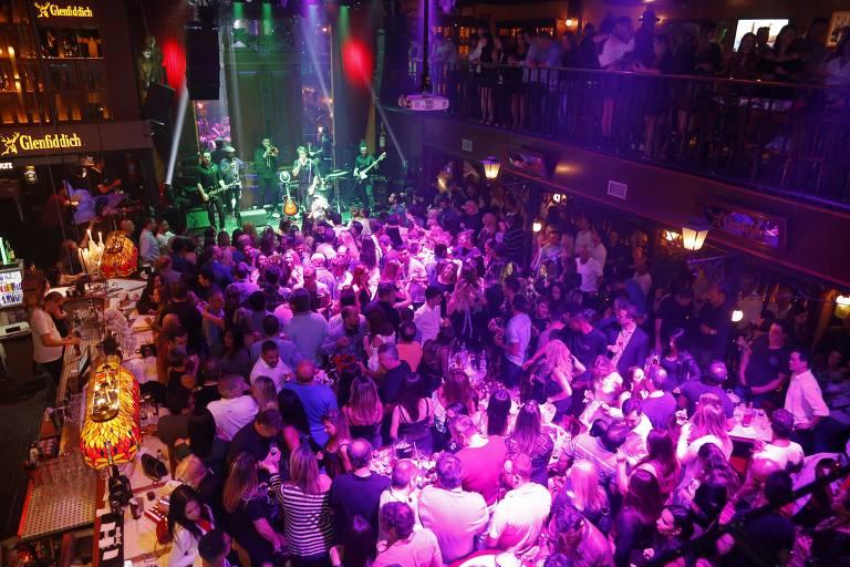 O bar com estilo de pub Charles Edward, no Itaim