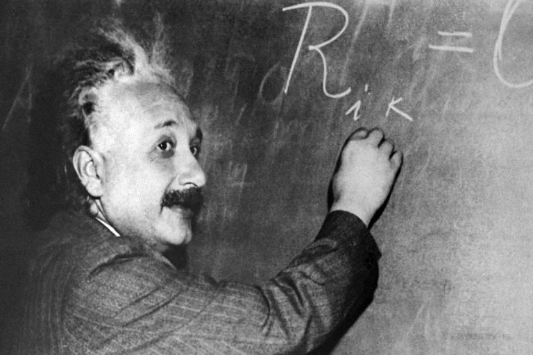 O físico Albert Einstein escreve equação em quadro-negro, no observatório de Mount Wilson, nos EUA