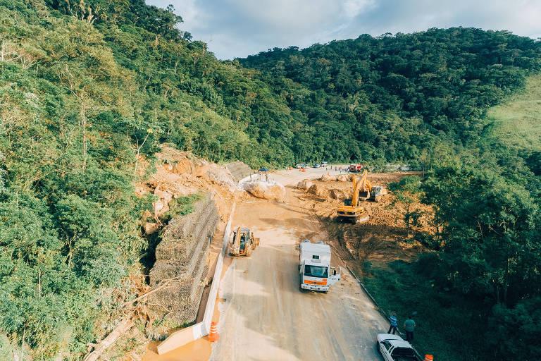 Trecho onde houve queda de barreira na altura do km 89 da Rodovia Mogi-Bertioga em abril deste ano
