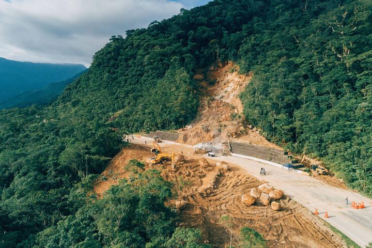 Trecho onde houve queda de barreira na altura do km 89 da rodovia Mogi-Bertioga