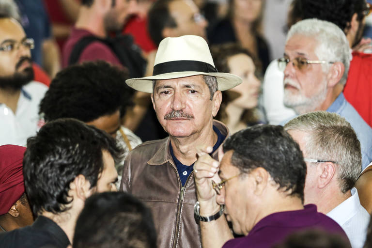 Aldo Rebelo, de chapéu panamá e jaqueta de couro marrom, chega ao Sindicato dos Metalúrgicos do ABC para dar apoio ao ex-presidente Lula.