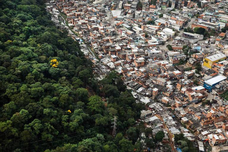 Vista aérea da serra da Cantareira no bairro Jardim Peri Novo, em São Paulo