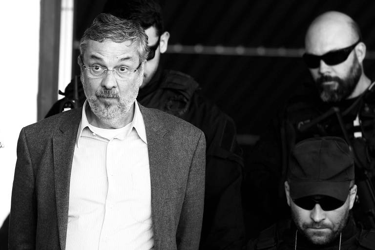 Cercado por policiais, o ex-ministro Antonio Palocci deixa o IML de Curitiba, em 2016
