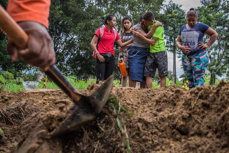 Familiares choram durante velório de Pedro Paulo Batista Martins, um dos detentos mortos durante tentativa de fuga do Centro de Recuperação Penitenciário do Pará 3, na Grande Belém