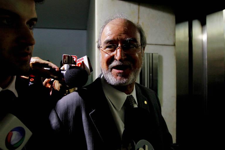 Eduardo Azeredo é entrevistado por jornalistas em Brasília