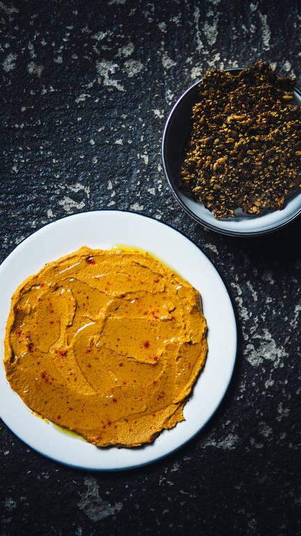 Homus de cenoura com crocante de sementes, receita servida no Futuro Refeitório, aberto no início do ano em SP