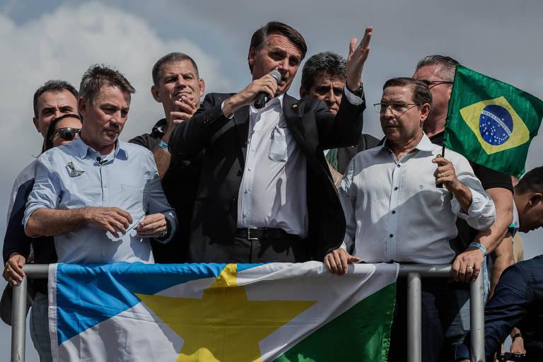 Jair Bolsonaro falando no alto de um carro de som