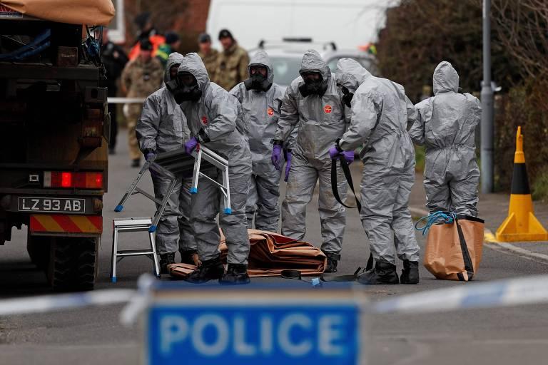 Militares britânicos se preparam para retirar um carro que estaria ligado ao envenenamento de Serguei Skripal e sua filha Iulia