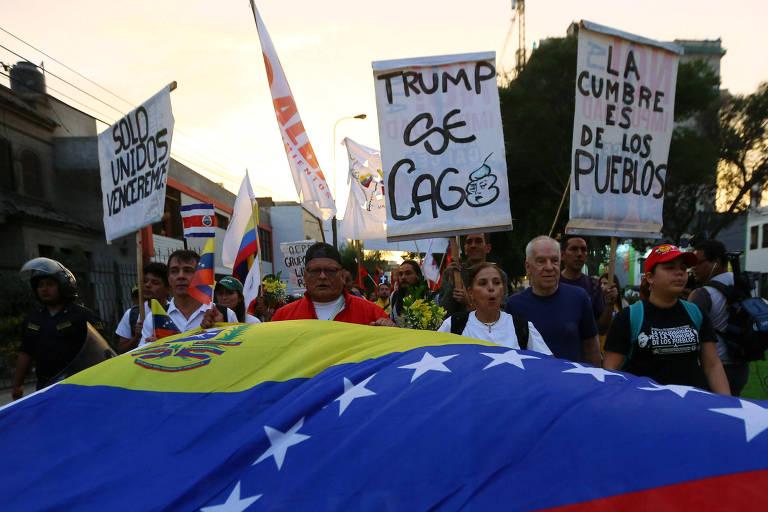 Protesto de venezuelanos durante a Cúpula das Américas em Lima, no Peru