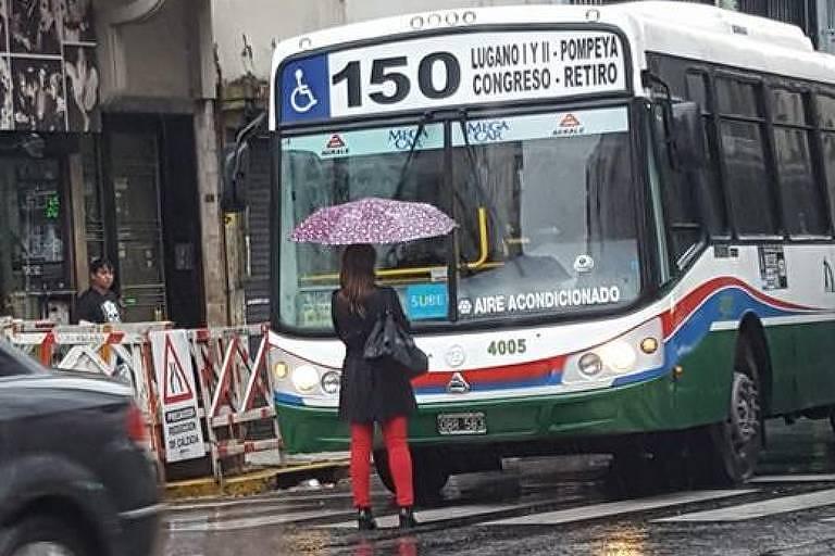Mulher fica parada em frente a ônibus na Argentina após motorista não abrir porta