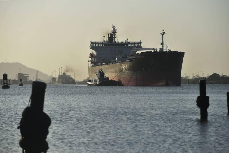 Navio de carga passa pelo canal do Panamá
