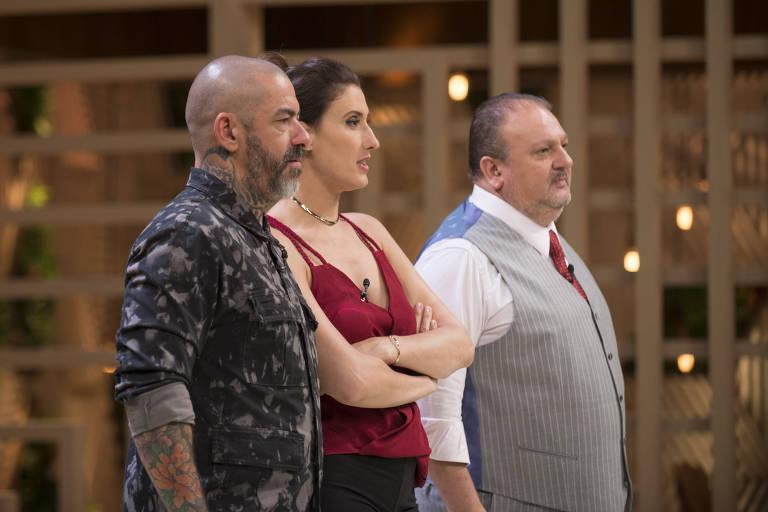 Os jurados Henrique Fogaça, Paola Carosella (de braços cruzados) e Erick Jacquin, do MasterChef