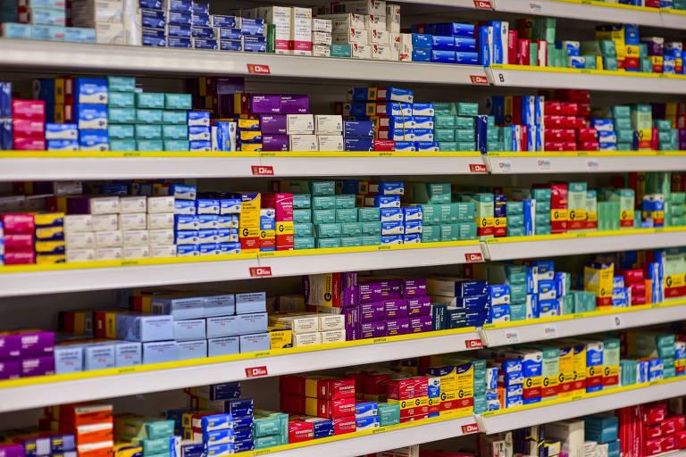 Prateleira com medicamentos em uma farmácia