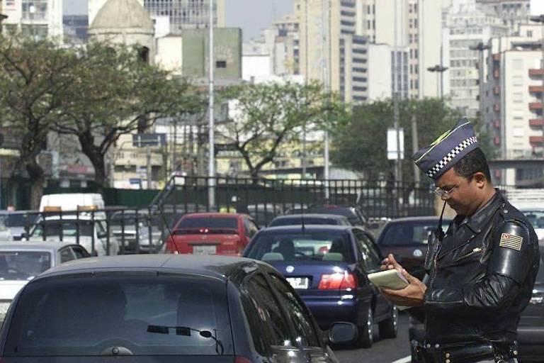 PM multa motoristas infratores em cruzamento da av. Tiradentes, no centro de SP