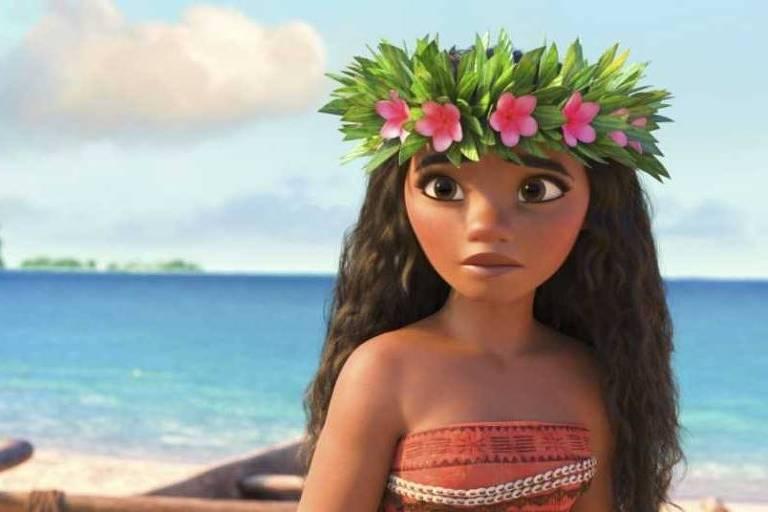 A personagem Moana está na praia com uma coroa de flores na cabeça