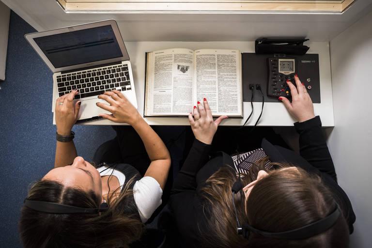mulheres com livro e máquinas