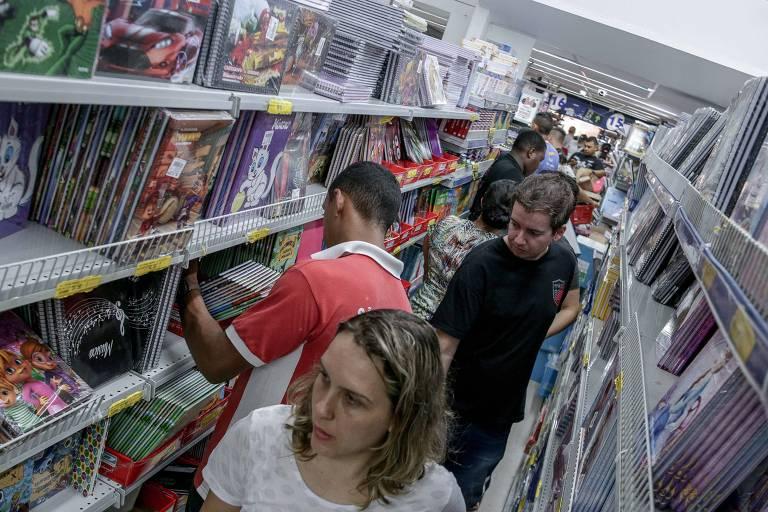 Consumidores vão às compras em loja de materiais escolares na região da rua 25 de Março, no centro de São Paulo