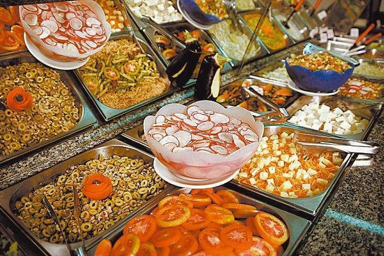 Pessoas com gota devem ter uma dieta rica em frutas, vegetais, cereais e pouca carne vermelha, evitando refrigerantes e bebidas alcoólicas