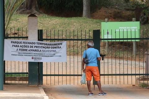 SAO PAULO, SP, 22/02/2018, BRASIL - FEBRE AMARELA NA ZONA LESTE - 14:09:14 - A Prefeitura de Sao Paulo fechou o Parque do Carmo, na Zona Leste, e antecipou a campanha de vacinacao contra a febre amarela na regiao de Aricanduva. Cartaz, no portao 3 do parque, alertando sobre a febre. (Rivaldo Gomes/Folhapress, NAS RUAS) - ***EXCLUSIVO AGORA*** EMBARGADA PARA VEICULOS ONLINE***UOL, FOLHAPRESS E FO LHA.COM CONSULTAR FOTOGRAFIA DO AGORA***FONES 32242169 E 32243342***