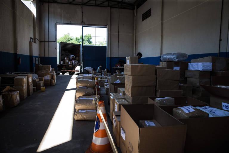 Depósito na sede da Receita Federal em Foz do Iguaçu onde são armazenados volumes ilegais apreendidos nos Correios