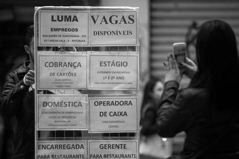 Ofertas de emprego exibidas na rua Barão de Itapetininga, no centro paulistano