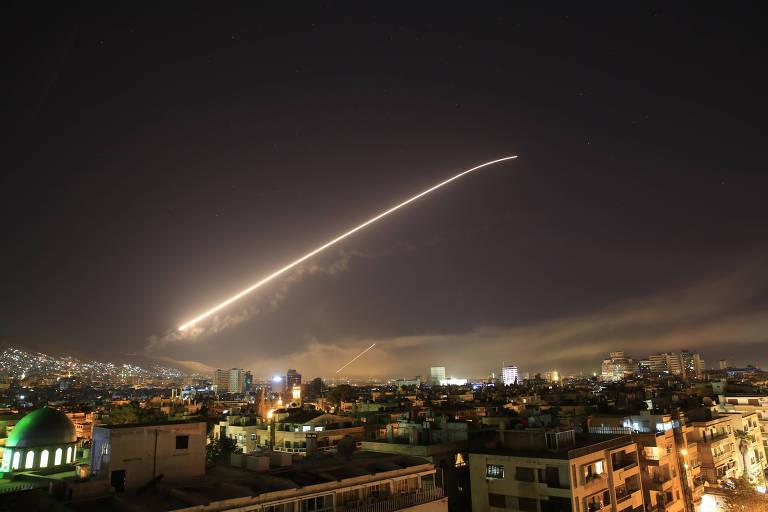 Míssil lançado sobre Damasco pela aliança entre EUA, França e Reino Unido, na madrugada de sábado (14)