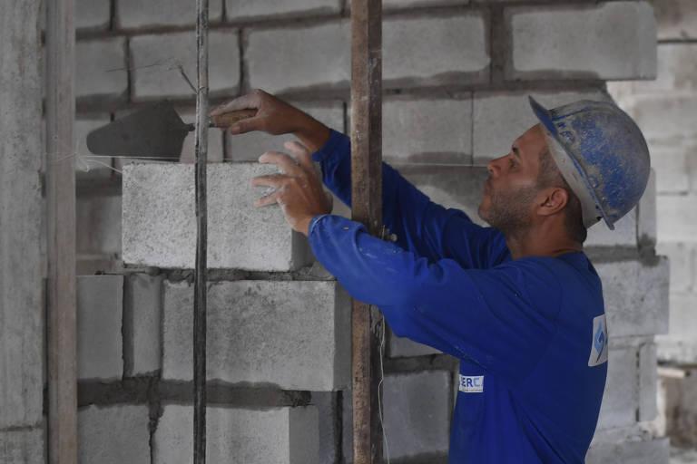 Operário trabalhando no na construção do edifício de alto padrão, Residencial Essência Homeclub, localizado no Bairro Jardim América.  (Foto: Mateus Bonomi/Folhapress)