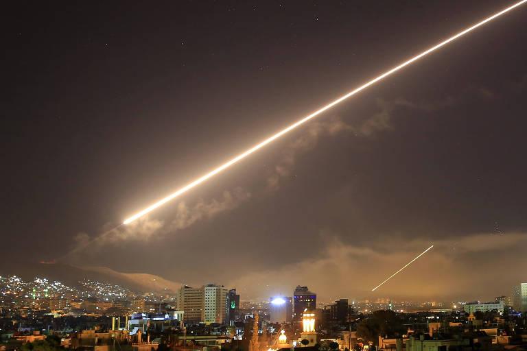 Mísseis cruzam o céu da capital da Síria, Damasco, durante ataque