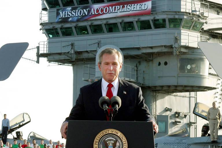 O então presidente americano George W. Bush declara o fim dos combates no Iraque em fala em porta-aviões USS Abraham Lincoln em maio de 2003