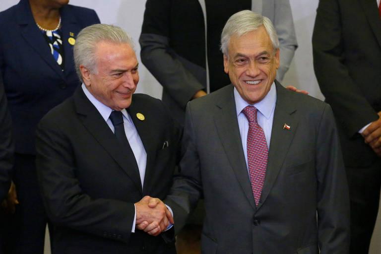 Michel Temer cumprimenta o presidente chileno Sebastián Piñera durante a Cúpula das Américas em Lima, no Peru
