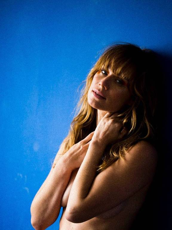 Mariana Ximenes posa sensual para o projeto beneficente Oui Simone