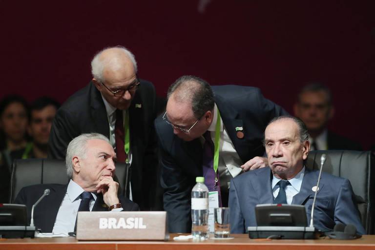 O presidente Michel Temer, ao lado do chanceler brasileiro, Aloysio Ferreira, na sessão de abertura da Cúpula das Américas em Lima, no sábado (14)