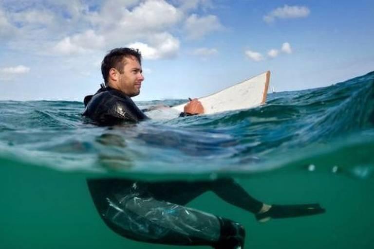 O artista Peter Matthews passa horas, às vezes dias, produzindo arte no oceano