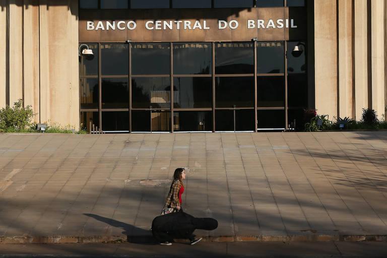 Uma pessoa passa pela fachada do prédio da sede do Banco Central do Brasil, em Brasília (DF)
