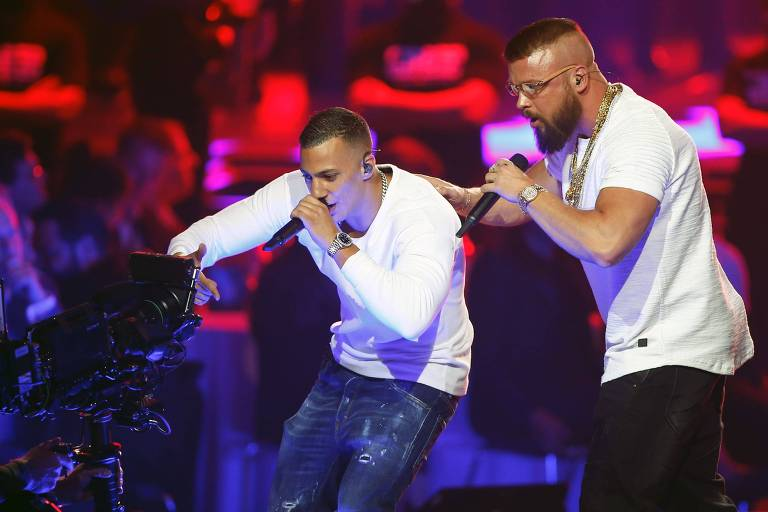 Os rappers alemães Kollegah & Farid Bang durante performance no Echo Music Awards 2018T