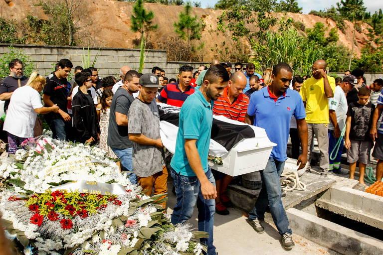 Enterro de garoto morto em van em Carapicuíba (SP)