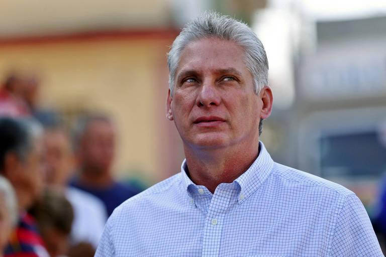 Díaz-Canel aparece de camisa branca; ele sai em destaque em uma fila, enquanto os demais ocupantes aparecem esmaecidos