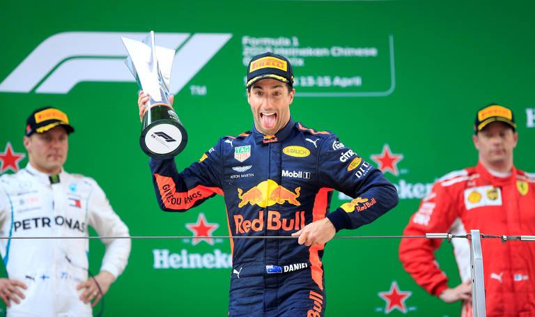 O piloto da Red Bull Daniel Ricciardo comemora a vitória. Completam o pódio Valtteri Bottas (esquerda) e Kimi Raikkonen